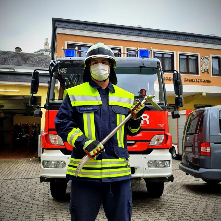 Wenn die Mittel fürs Grobe zum Einsatz kommen, geschieht das bei der Feuerwehr natürlich nur unter vollständiger persönlicher Schutzausrüstung (PSA). Hier bestehend aus Hose und Jacke für die Technische Hilfeleistung, Stiefeln, Helm und Handschuhen.