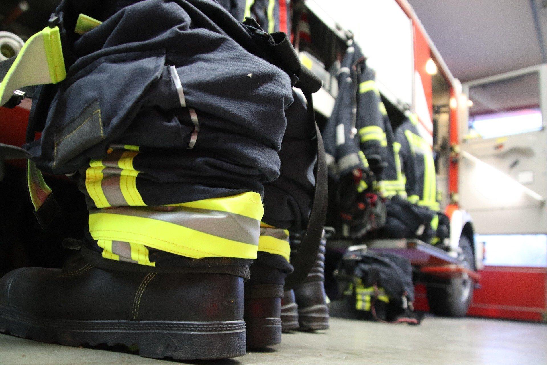 Feuerwehrstiefel in einer Fahrzeughalle