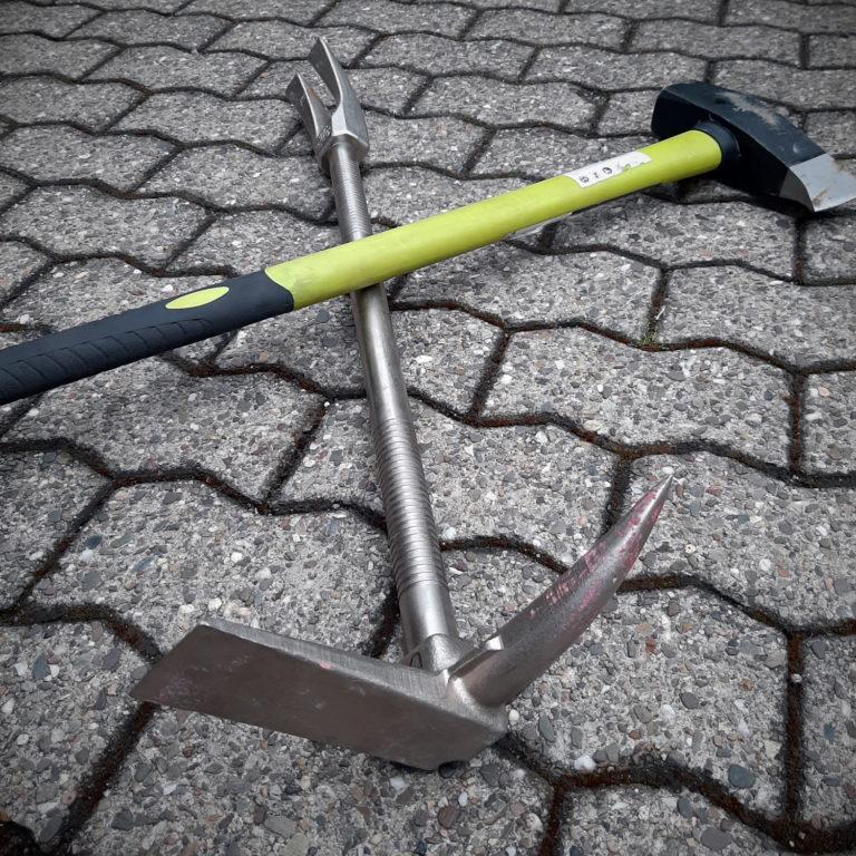 """Häufig gemeinsam im Einsatz: Das Halligan Tool zusammen mit dem Spalthammer im """"Set of Irons""""."""